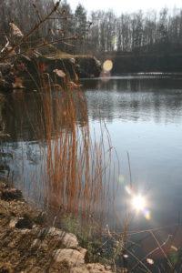 Die Sonne spiegel sich in einem See wieder